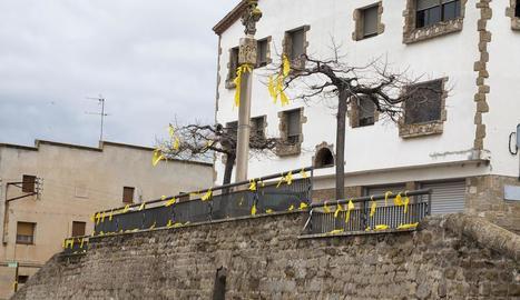La localitat de Castellserà es va despertar ahir plena de llaços grocs en suport als presos.