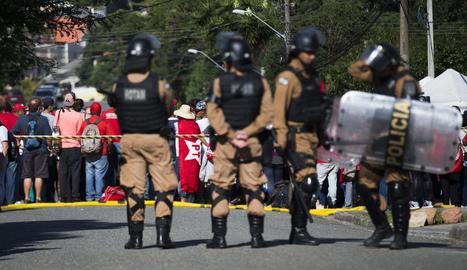 Policies militars, custodiant ahir l'entorn de la presó en la qual hi ha reclòs Lula.