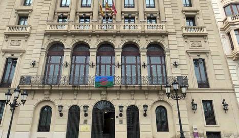 Bandera gitana a la façana de la Paeria