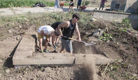 Joves treballant com a voluntaris l'any passat en un camp d'Agramunt.