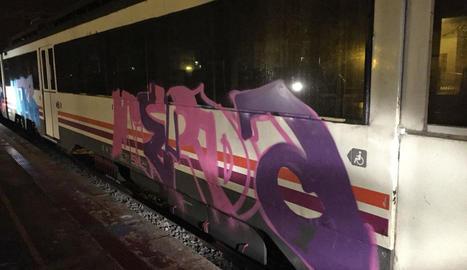 Una de les pintades en un tren parat a l'estació de Cervera.