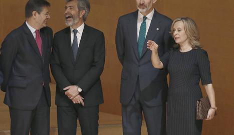 El magistrat Pablo Llarena i el rei Felip VI van acudir ahir a l'entrega de despatxos a la nova promoció de jutges, a Barcelona.