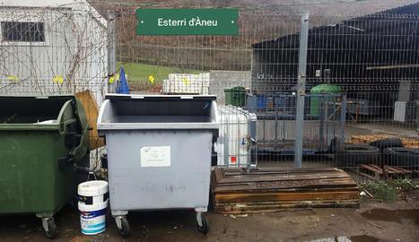 El taüt estava fora de les instal·lacions de la deixalleria d'Esterri, al costat dels contenidors.
