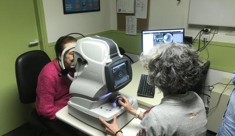 Una pacient se sotmet a una prova amb un dels nous aparells de l'hospital de la Seu.