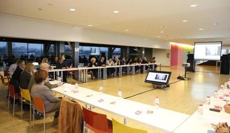 Els participants ahir en el debat sobre els nous usos per al Mercat del Pla.