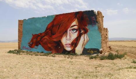 Una de les obres més espectaculars de Lily Brik que es poden veure a Lleida és aquest mural de la plaça dels Gramàtics.