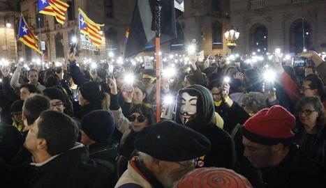 Centenars de persones es van manifestar ahir a Lleida davant de la subdelegació del Govern amb xiulets i pancartes.