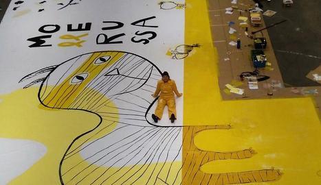 Mercè Galí, amb el mural que presidirà el certamen.