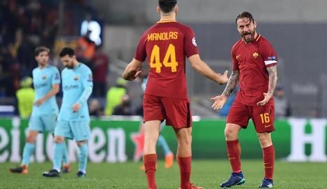 Gerard Piqué comet un clar penal a l'agafar Edin Dzeko, una acció que va permetre al capità romà De Rossi marcar el 2-0 a la segona meitat.