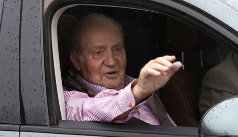 El rei emèrit, ahir, va saludar als mitjans des d'un cotxe al sortir d'una clínica de Madrid.