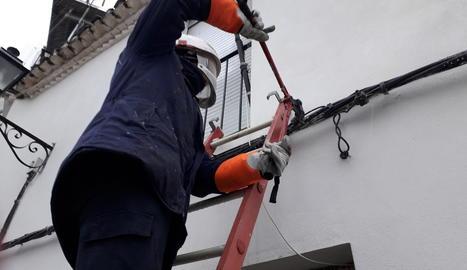 Un operari talla una connexió il·legal.