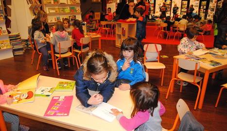 Els més petits ja van gaudir ahir de la nova edició del Saló del Llibre Infantil i Juvenil de Catalunya, que les autoritats van inaugurar a L'Amistat de Mollerussa.