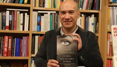 Gaspar Hernàndez, amb la nova novel·la a la llibreria Caselles.