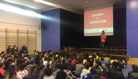 El doble medallista olímpic Sergi Escobar impartint una classe pràctica en un col·legi de la ciutat.