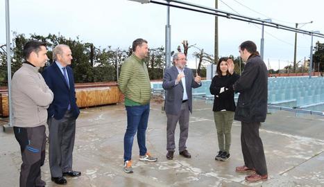Reñé, tercer per la dreta, rep explicacions del projecte.