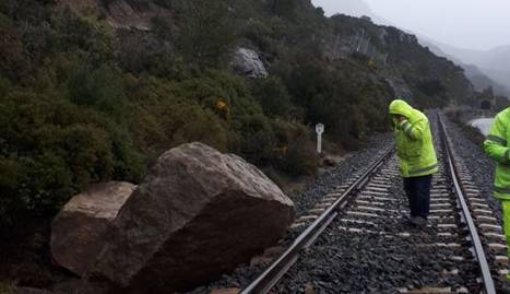 Operaris treballaven ahir per retirar les roques que van tallar la via del tren de la Pobla.