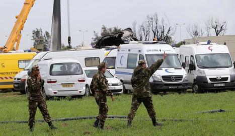 Soldats algerians al costat de les restes de l'avió sinistrat, a prop d'Alger.
