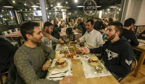 Lleidatans sopant ahir a la nit al restaurant La Capital, al barri de Cappont.