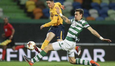 Fernando Torres supera l'oposició de Coates.