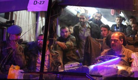 Civils evacuats de la ciutat de Douma arriben a Alep.