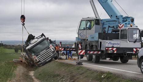 Una grua de grans dimensions va retirar el camió.