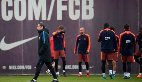 Ernesto Valverde, durant l'entrenament que va fer ahir el Barcelona.