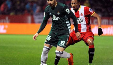 Loren, autor del gol del Betis, pressionat per Johan Mojica.