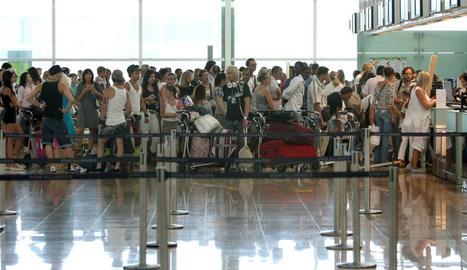 Passatgers als taulells del Prat de Barcelona.