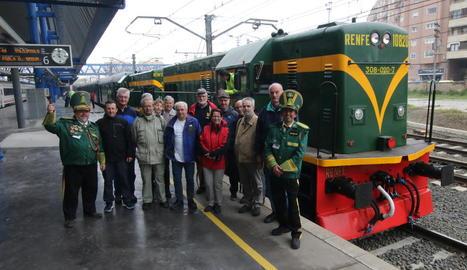 El grup de viatgers del centre d'Europa amant dels trens d'època que ahir van estrenar la campanya del Tren dels Llacs.