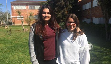 Alumnes de 4t ESO de l'Institut Caparrella reben un dels tallers per part d'un voluntari.