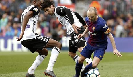 Iniesta s'emporta la pilota davant de Gayá i Gabriel Paulista.