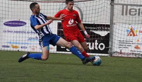 Un jugador del San Cristóbal li disputa la pilota a un altre de l'Alpicat ahir durant el partit.