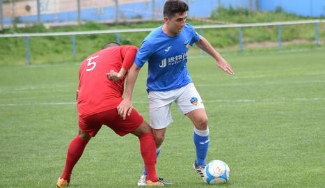 Els jugadors del filial del Lleida Esportiu celebren un dels cinc gols que van aconseguir ahir davant el Bellvitge.