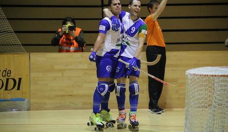 Jordi Creus i Andreu Tomàs celebren un gol en un partit.