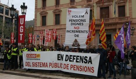 Concentració sindical davant de la subdelegació del Govern a Lleida, ahir, per la pujada de les pensions.