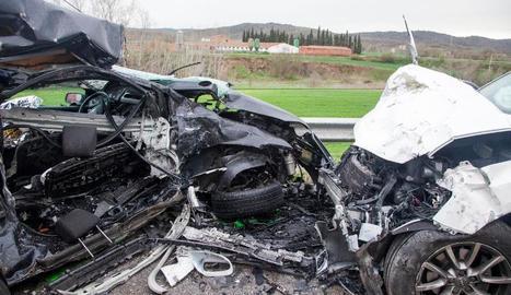 Els dos vehicles van quedar reduïts a ferralla després del xoc.