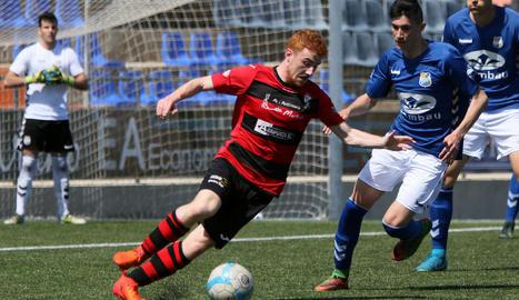 El jugador de l'EFAC Almacelles, Òscar Canadell, intenta anar-se'n d'un rival per buscar la porteria de la Rapitenca.
