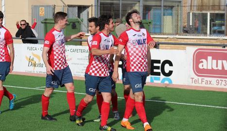 Alguns jugadors del Balaguer celebren el gol de Putxi.