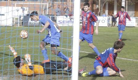 El Allouche controla l'esfèric amb Pons a terra per marcar el primer.