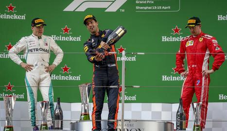 Daniel Ricciardo celebra al podi amb el trofeu la victòria al GP de Xangai.