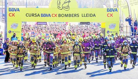 Com és habitual, un grup de bombers va córrer la prova amb tot l'equipament.