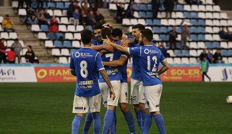 Jugadors del Lleida celebren el 3-0 marcat per Javi López dissabte passat davant del València Mestalla.