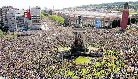 Una multitud de gent concentrada a plaça Espanya, lloc en el qual va començar la manifestació.