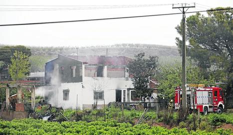 Vista de l'habitatge afectat per un incendi ahir a la partida de la Coma de Corbins.