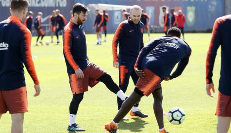 Messi i Iniesta durant l'entrenament de la plantilla barcelonista.