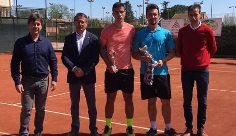 Els dos finalistes, amb el nou president del club, José Luis Solans.