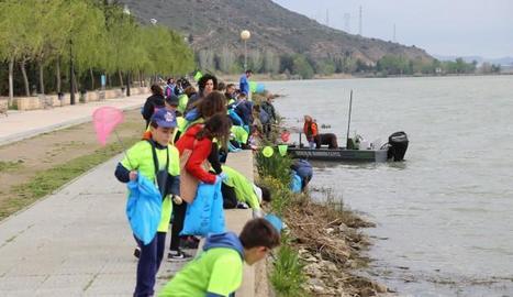 Nens netejant la zona a prop del pantà de Mequinensa.