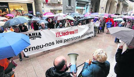 Concentració de la Marea Pensionistes de Lleida, ahir, davant de la Paeria.