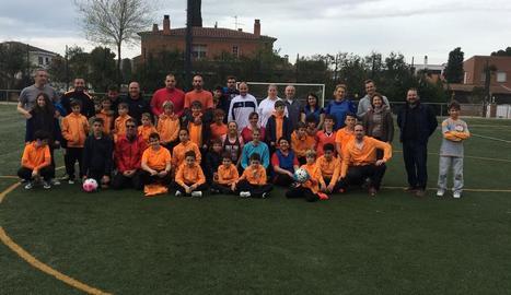 Pares, mares i nens de l'Escola de Futbol Terraferma LSA, dissabte passat durant aquesta activitat.