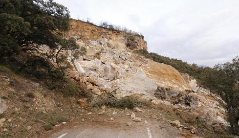 L'esllavissament va tallar del tot la carretera i va arrossegar i sepultar el cotxe en el qual viatjaven dos persones.